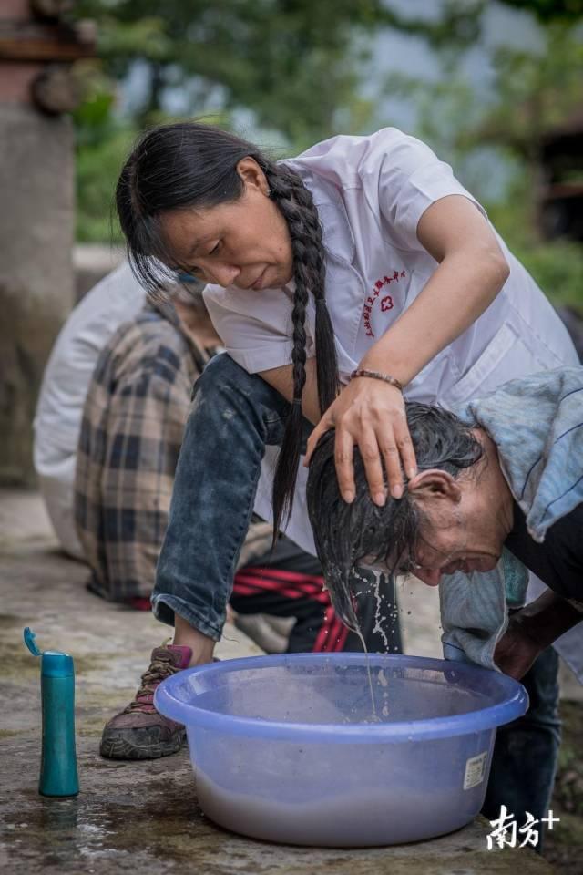 管延萍为学罗军洗头,先后足足倒掉三盆脏水。