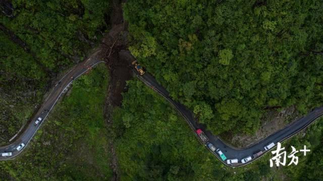 丙中洛地处怒江大峡谷,地质灾害频发,进出道路常常堵塞。