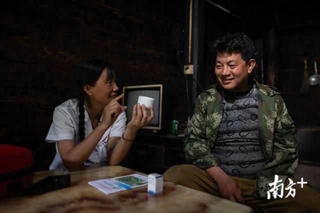 管延萍嘱咐李卫华注意控制喝酒的量。
