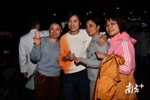 广东省人民医院出征医生、护士,出征在即,他们互相拥抱、拍照留念。