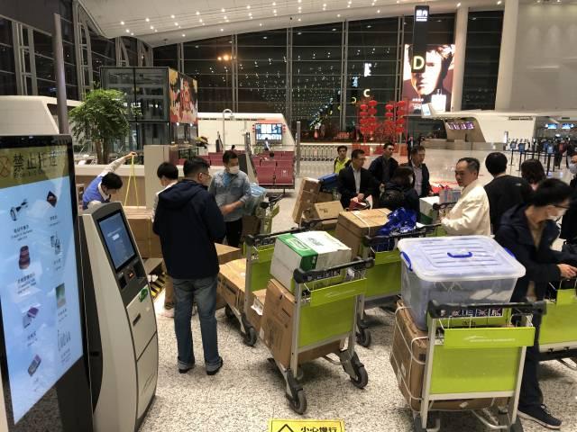 中山一院出征医护人员打包医疗用品。