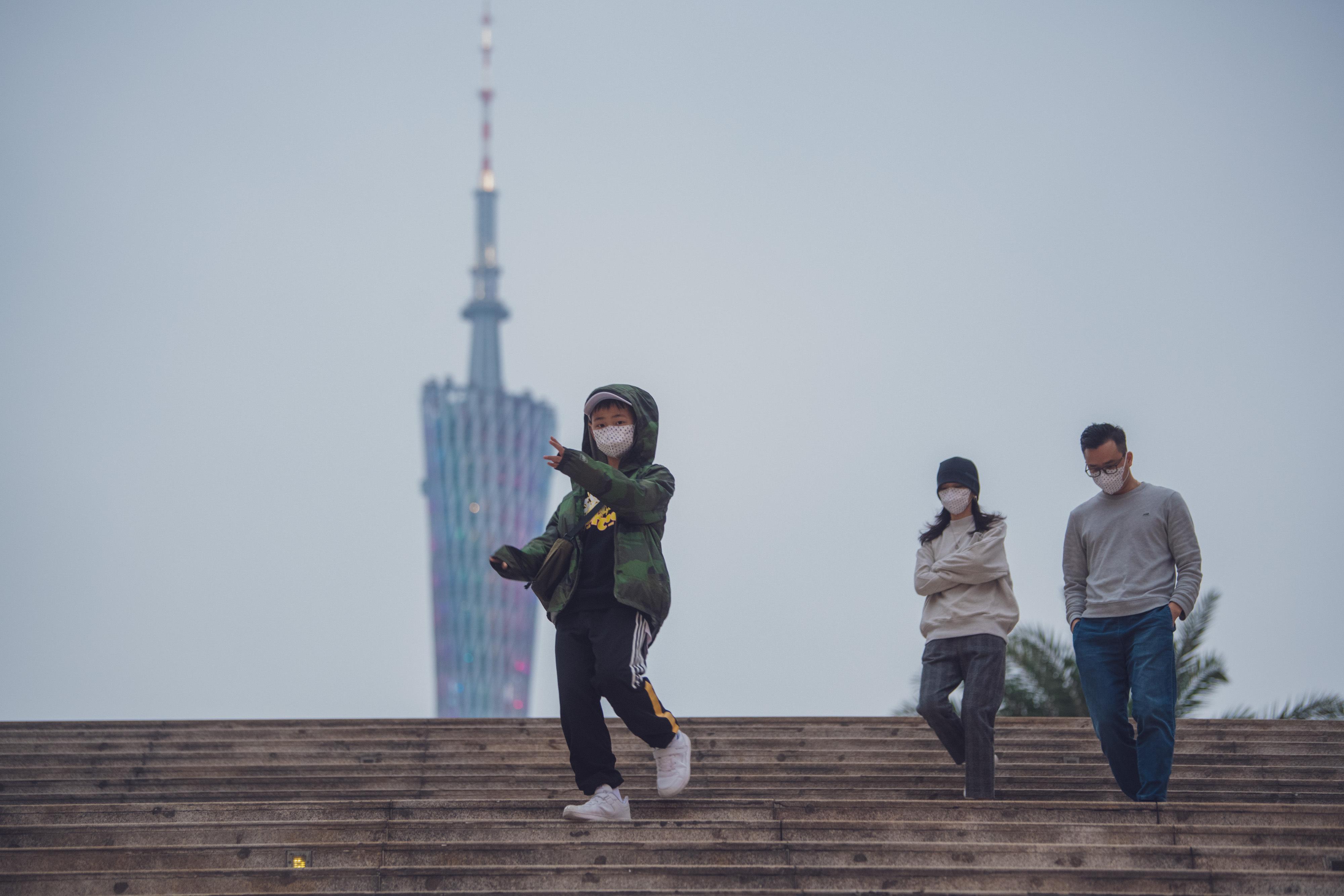 1月25日,大年初一夜,广州下起了小雨,花城广场关于防范新型冠状病毒感染的肺炎的广播不断循环,大屏幕滚动播放着如何正确戴口罩的教学视频。南方+记者 张梓望 摄影报道