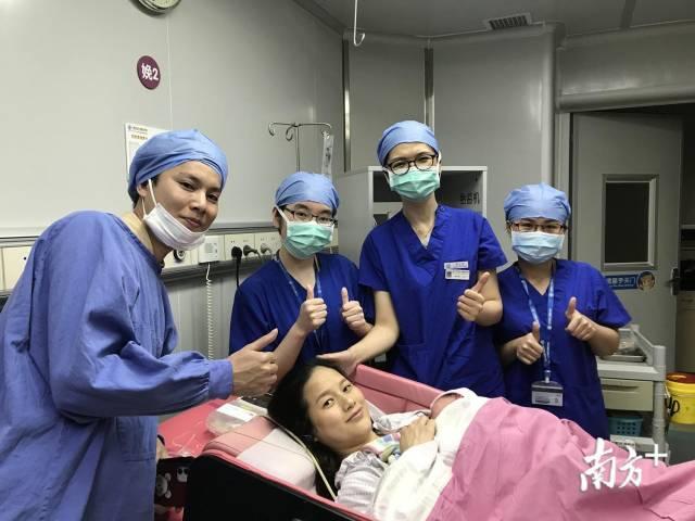 医护团队与产妇和新生儿合影