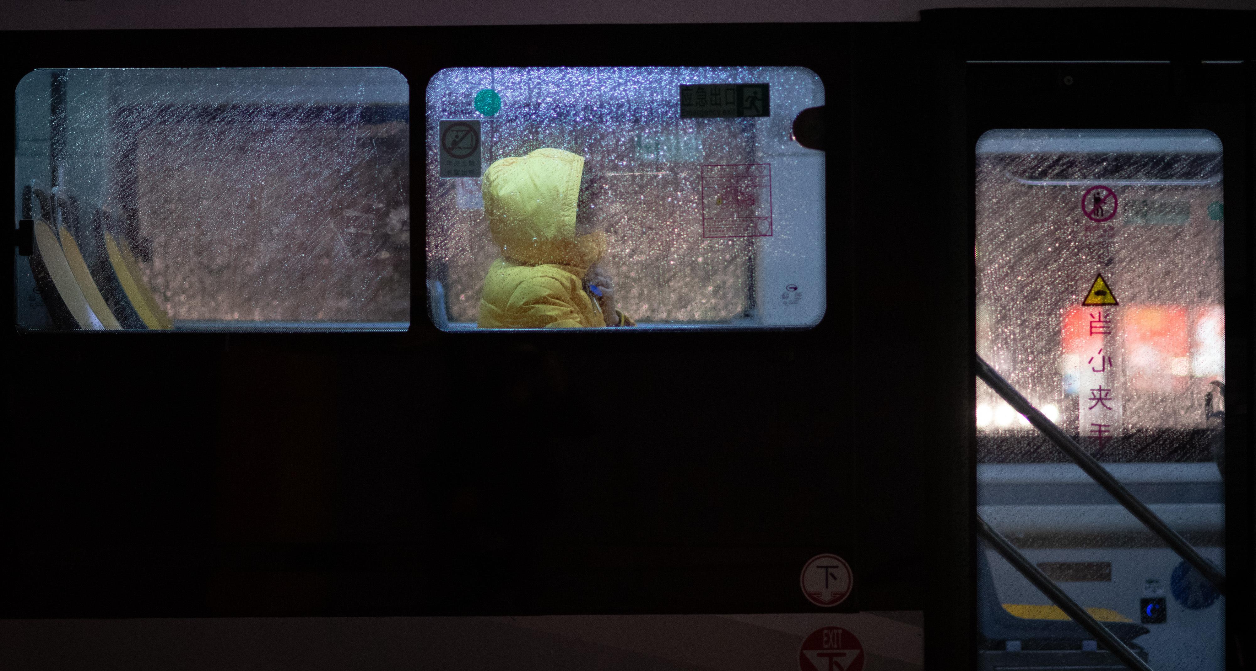 """1月25日,大年初一夜,广州下起了小雨,花城广场关于防范新型冠状病街上行人稀少,大多戴上了口罩,行色匆匆。公交、地铁、的士几近空车,""""花城""""俨然""""空城""""。南方+记者 张梓望 摄影报道"""