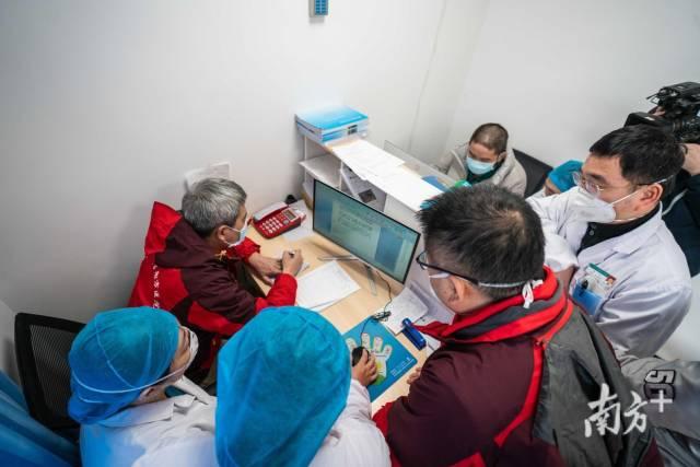 廣東醫療隊的隊員們正在和當地醫護人員溝通病人情況。