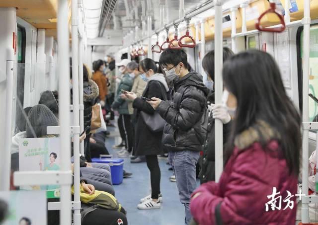 2月17日,广州地铁3号线,换乘枢纽客村站,乘客不多,秩序井然。张冠军 摄