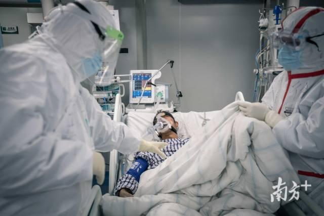 荊州洪湖市人民醫院內,廣東醫療隊的隊員們正在救治ICU病房內的新冠肺炎重癥患者。
