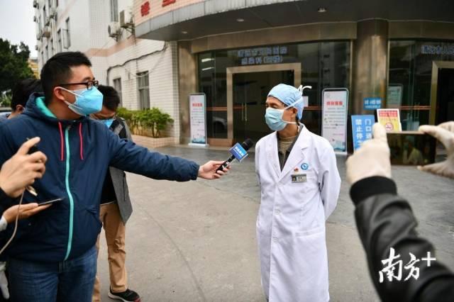 图为清远市人民医院感染科主任钟备。