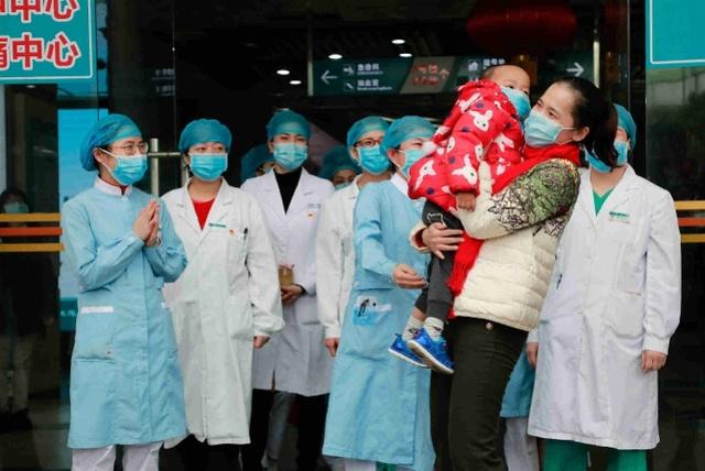 8-其中患者李芳鸿化名拥抱着2岁小儿子。2020年2月8日,广东省第二人民医院首批治愈出院的3名新型冠状病毒感染的肺炎患者。.jpg