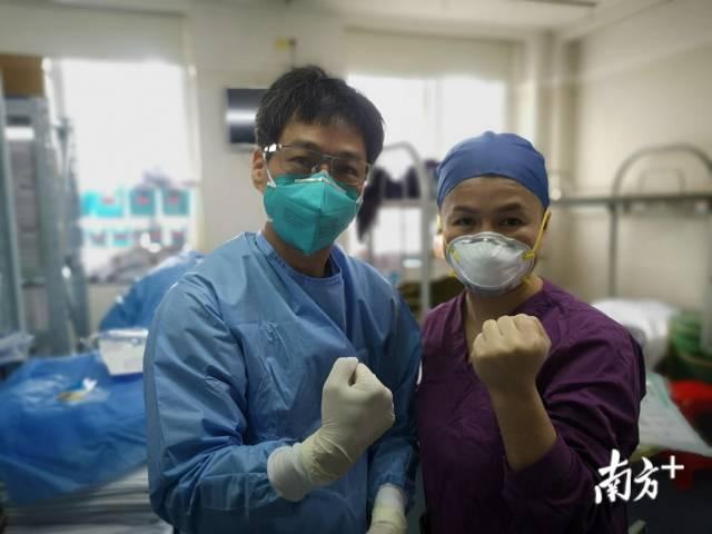 张忠德与医护人员一起加油。