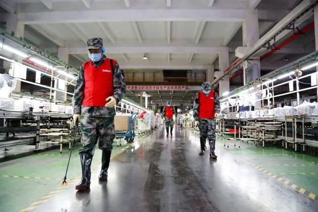 开工前格兰仕所有生产车间指定责任人落实全面消毒清洁。企业供图