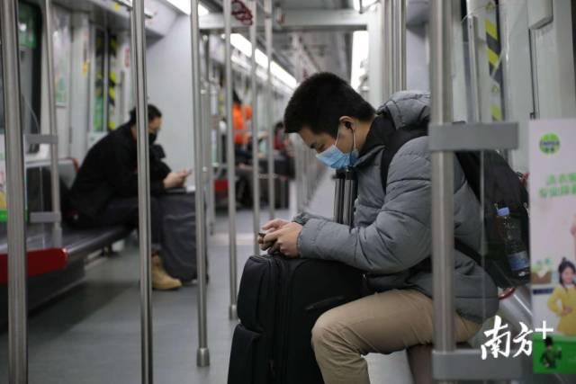 2月17日,广州地铁2号线广州南站入口处,人流量虽然还不算多,但与前两三周相比,还是有明显增加。吴伟洪 摄