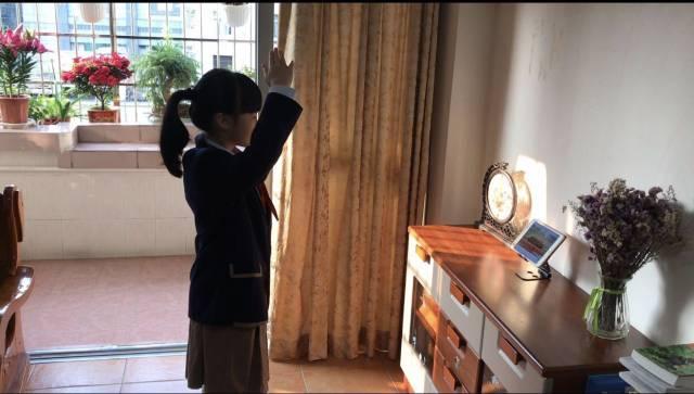 小北路小学学生在家进行升国旗仪式。