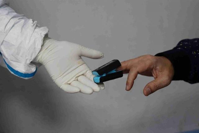 1259 , 广东医疗队的医务人员给患者测试血氧饱和度_调整大小.jpg