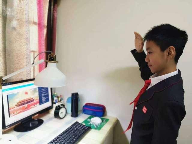 体育东路小学和杨箕小学的学生开始上网课,学生在进行升国旗仪式。杨嘉 摄