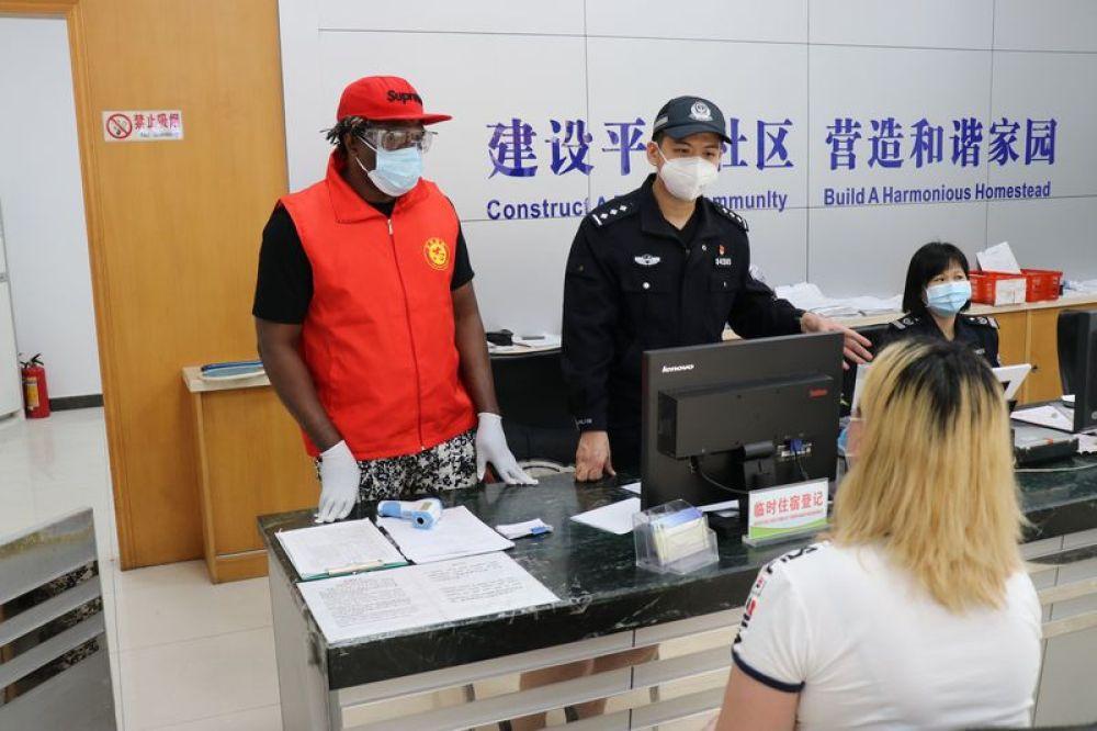 """好兄弟,共戰""""疫""""——在華非洲人士積極投身中國疫情防控"""