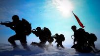 新疆边防精锐苦练边境捕歼 狙击小组伪装超棒