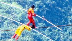 广东新闻频道8月26日直播阿迪力走钢丝跨越黄河