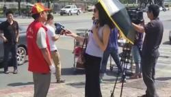 女记者打伞采访意外成网红,却被停职,原因是?