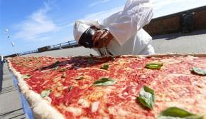 """意大利厨师打造""""世界最长披萨"""" 总长2千米"""