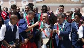 葡萄牙总统接见冠军队 C罗展示德劳内杯