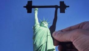 自由女神练举重? 一男子用剪纸错位玩遍世界