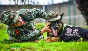 警犬穿警服戴军帽撒娇卖萌 与人共用水壶