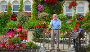 美!英七旬老人倾心16年打造多彩梦幻花园