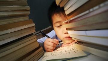 """中国中小学生学习时间""""领跑""""全球 课外班屡禁不止"""