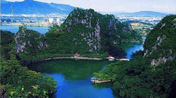 老师带学生开展环保实践:让江河湖泊成环保课堂