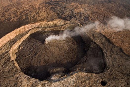尔塔阿雷火山是地球上最古老的活火山,因为靠近埃塞俄比亚与厄立特里亚的领土争议地区,所以这里充满了不安全因素,周围有很多士兵把守,想拿到进入这一地区的批文也不是一件容易的事情。而在这次拍摄中,Joel Santos依靠的不仅仅是他的单反相机,更多的是借助了安装着镜头的无人机的力量。