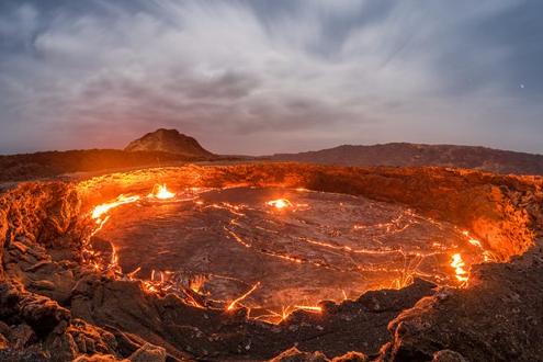 """2016年7月12日讯,葡萄牙旅行摄影师约尔-桑托斯(Joel Santos)拍摄了一组位于埃塞俄比亚艾塔阿雷火山的""""地狱之门""""岩浆湖的图片。这片自1906年就持续活跃的岩浆湖温度超过1100摄氏度,景象极为壮观。"""